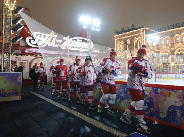 Игроки Ночной хоккейной лиги перед началом предновогоднего товарищеского матча на катке на Красной площади
