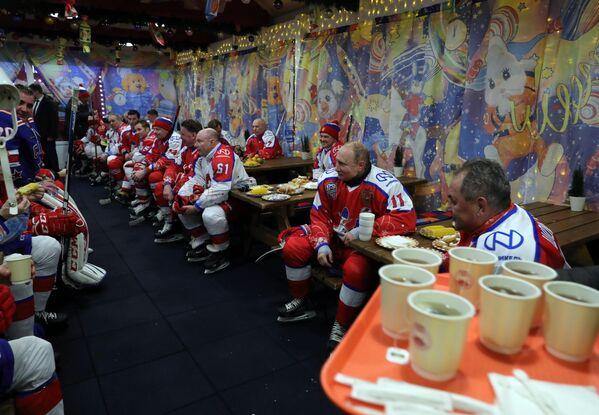 Президент РФ Владимир Путин во время перерыва в предновогоднем товарищеском матче Ночной хоккейной лиги на катке на Красной площади