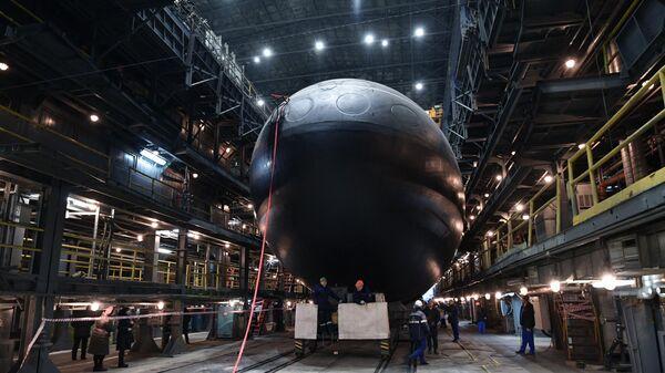 Спуск на воду дизель-электрической подводной лодки Волхов в Санкт-Петербурге