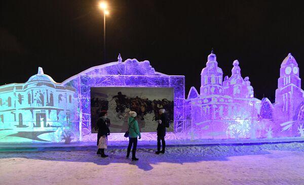 Посетители в Парке льда и снега, открытом к новогодним праздникам на набережной Енисея в Красноярске