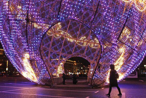 Светящийся новогодний шар, установленный на Поклонной горе в Москве