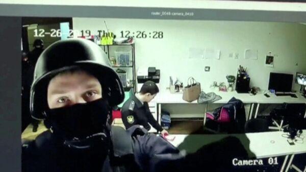 Стоп-кадр записи камеры видеонаблюдения в офисе ФБК в Москве во время следственных действий. 26 декабря 2019