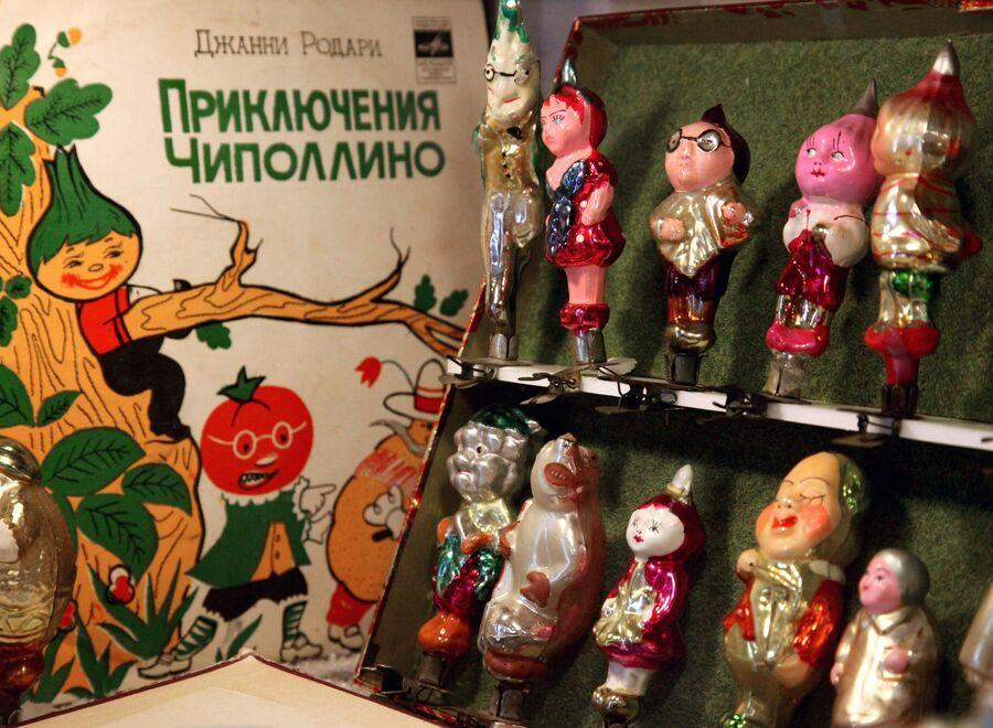 Экспонаты из коллекции елочных игрушек и украшений 1930-1970-х годов Ирины Кейчиной на выставке советских елочных игрушек Возвращение в детство во Владивостоке