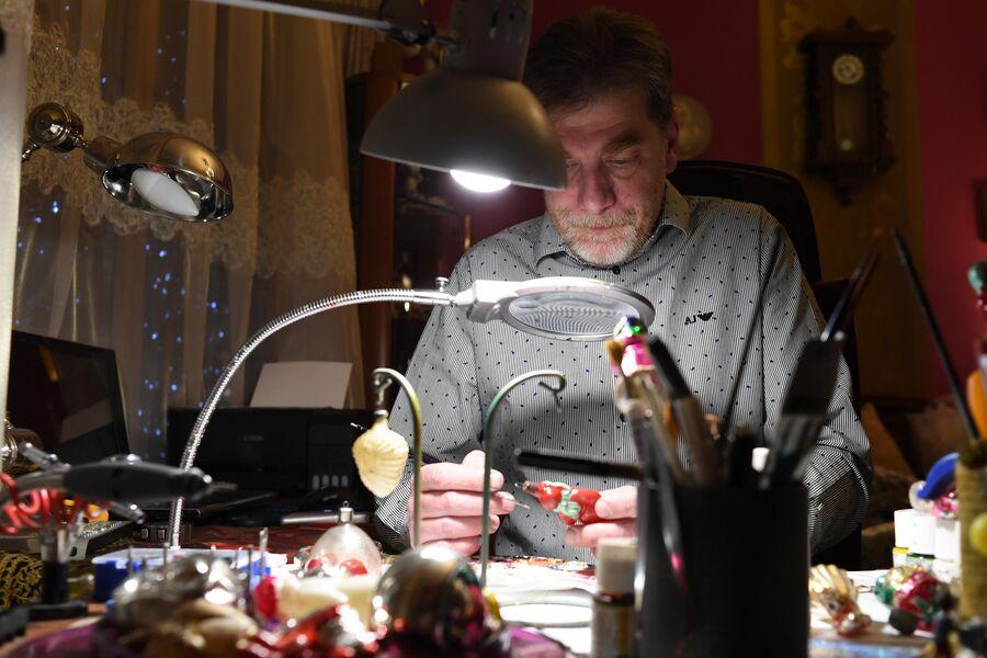 Дмитрий реставрирует елочную игрушку