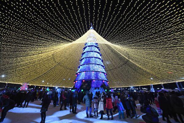 Люди на открытии елки у центра семьи Казан в Казани