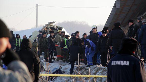 Сотрудники спасательной службы и полиции работают на месте крушения самолета Fokker 100 казахстанской авиакомпании Bek Air, следовавшего рейсом Алма-Ата – Нур-Султан