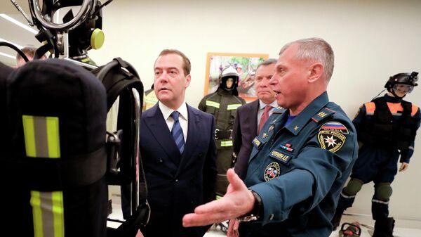 Председатель правительства РФ Дмитрий Медведев во время посещения ФГБУ Национальный центр управления в кризисных ситуациях (НЦУКС) МЧС России