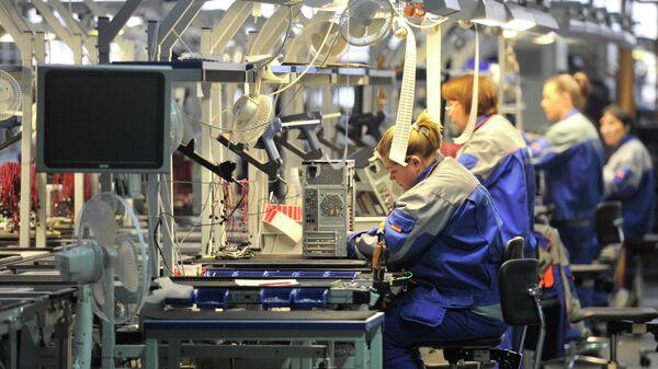 Сотрудницы компании Kraftway на линии сборки компьютеров на заводе электронного оборудования в городе Обнинск