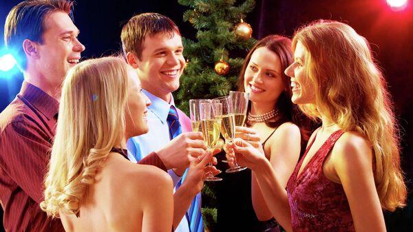 Компания друзей отмечает Новый год