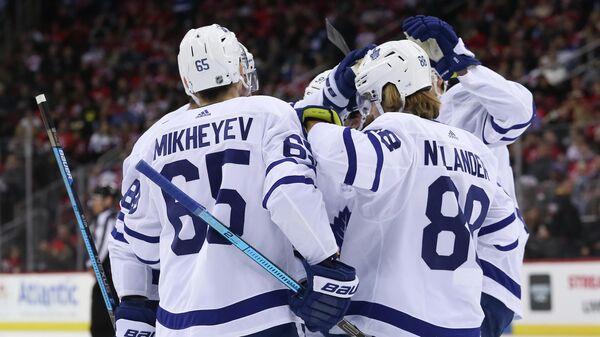 Илья Михеев празднует гол с партнерами по Торонто Мейпл Лифс в матче НХЛ с Нбю-Джерси Девилз