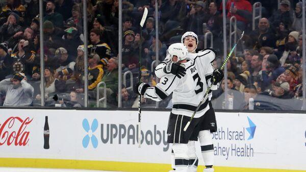 Мэтт Рой и Николай Прохоркин отмечают заброшенную шайбу в матче НХЛ с Бостон Брюинз