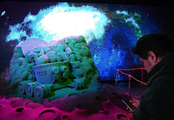 Посетитель в павильоне Песочной скульптуры на V Новогоднем фестивале Ледовая Москва. В кругу семьи в Парке Победы на Поклонной горе