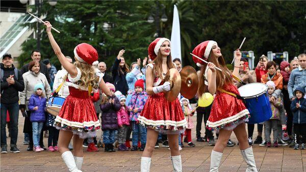 Участницы фестиваля-конкурса Народный Дед Мороз во время праздничного шествия в Сочи