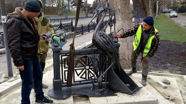 Скульптура цапли на набережной реки Салгир в Симферополе