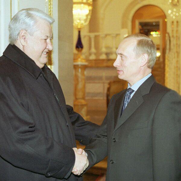 Фотография Владимира Путина и Бориса Ельцина в канун Нового года, опубликованная на сайте 20.kremlin.ru. 31 декабря 2000 год
