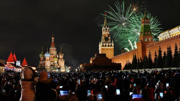 Новогодний салют над Красной площадью в Москве