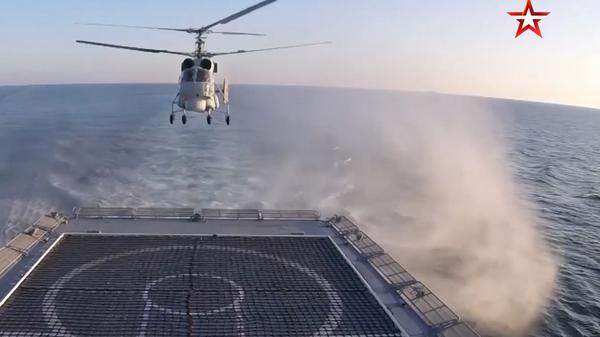 Посадка вертолета Ка-27 на палубу движущегося фрегата попала на видео