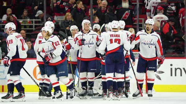 Хоккеисты Вашингтон Кэпиталз празднуют победу над Каролина Харрикейнз в матче НХЛ