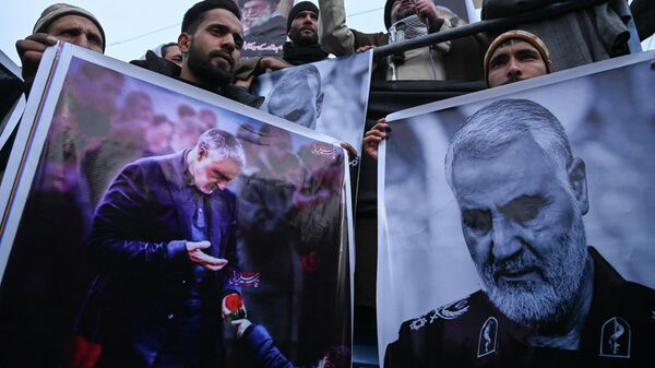 Участники антиамериканской демонстрации держат плакаты с изображением иранского генерала Касема Сулеймани, который был убит в результате авиаудара США в Ираке