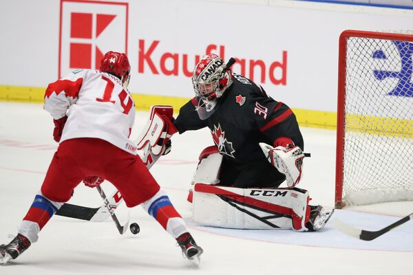 Игровой момент матча Канада - Россия