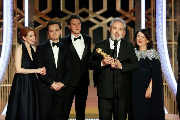 Режиссер Сэм Мендес принимает награду за лучший драматический фильм 1917 на 77-й ежегодной премии Золотой глобус