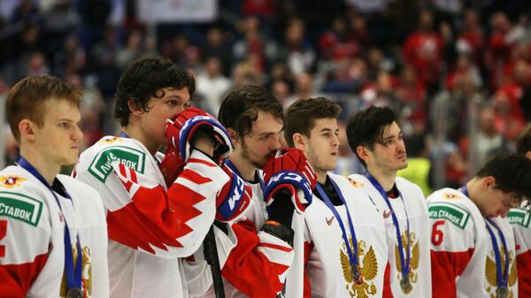 Игроки сборной России на церемонии награждения после финального матча молодежного чемпионата мира по хоккею между сборными командами Канады и России.