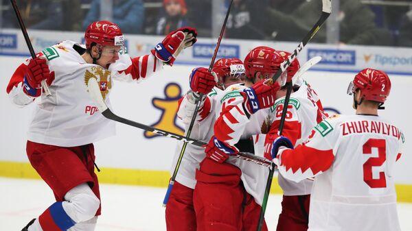 Игроки сборной России радуются забитому голу в финальном матче молодежного чемпионата мира по хоккею между сборными командами Канады и России.
