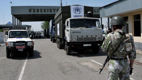 Автомобили на КПП границы Киргизии и Узбекистана