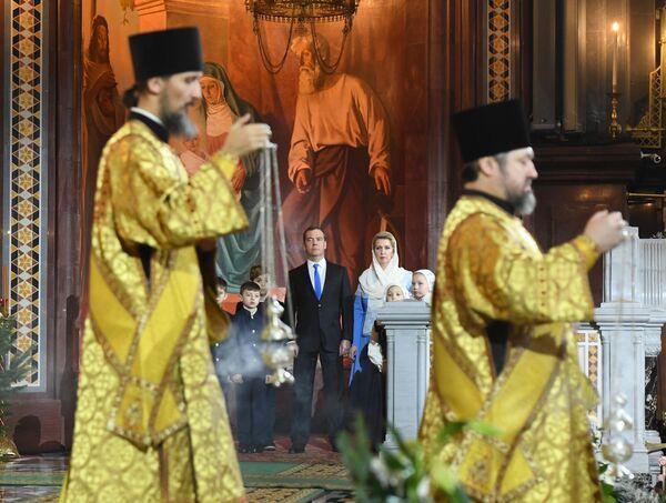 Дмитрий Медведев с супругой Светланой на праздничном Рождественском богослужении в храме Христа Спасителя