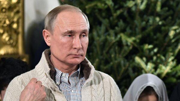 Владимир Путин во время Рождественского богослужения в Спасо-Преображенском соборе всей гвардии в Санкт-Петербурге