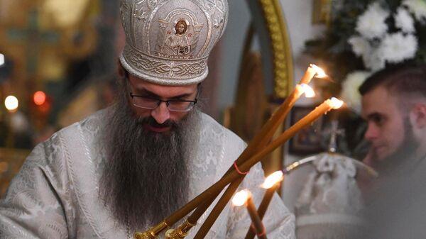 Настоятель Храма Успения Божией Матери епископ Иннокентий во время рождественского богослужения во Владивостоке