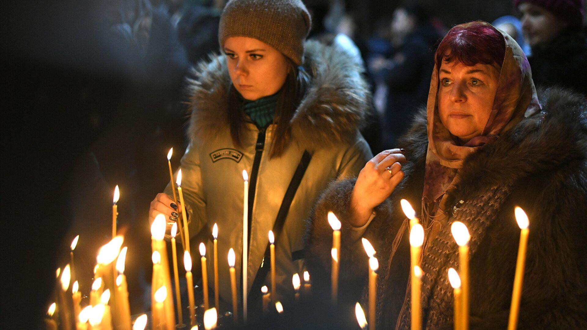 Верующие в храме Христа Спасителя в Москве перед началом Рождественского богослужения - РИА Новости, 1920, 06.01.2021