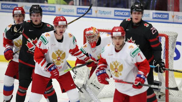 Вратарь Амир Мифтахов (Россия) (в центре) в финальном матче молодежного чемпионата мира по хоккею между сборными командами Канады и России.