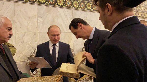 Президент России Владимир Путин и президент Сирийской Арабской Республики Башар Асад  в мечети Омейядов в Дамаске, Сирия. 7 января 2020