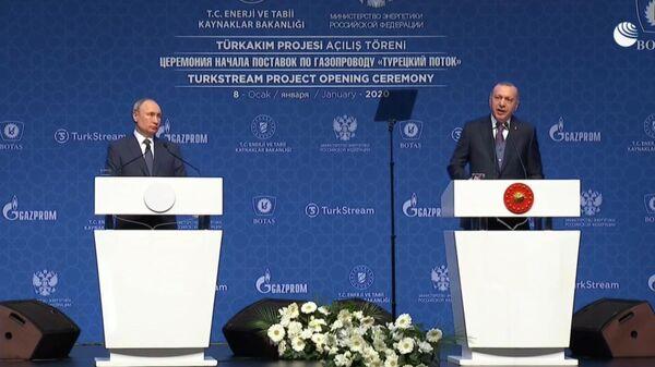 Президент России Владимир Путин и президент Турции Реджеп Тайип Эрдоган на церемонии официального открытия газопровода Турецкий поток в Стамбуле 8 января 2020. Стоп-кадр видео