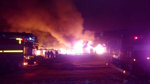 Пожарно-спасательные подразделения МЧС России ликвидируют пожар в здании школы в селе Покровка Купинского района Новосибирской области