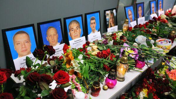 Цветы и свечи в международном аэропорту Борисполь в Киеве в память о членах экипажа пассажирского лайнера Украины Boeing 737-800, разбившегося в Тегеране