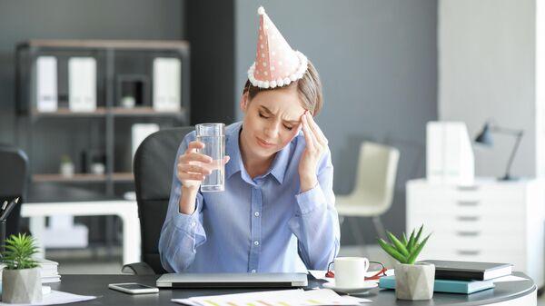 Девушка в офисе после праздника