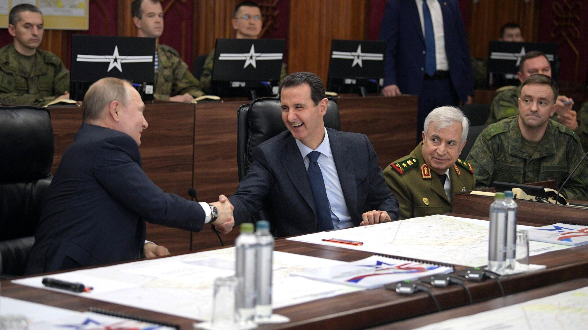 Президент РФ Владимир Путин и президент Сирии Башар Асад во время встречи в командном пункте группировки Вооруженных Сил России в Сирии - РИА Новости, 1920, 07.01.2021