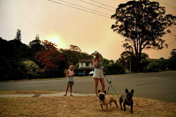 Жители гуляют на улице в Науре, Австралия