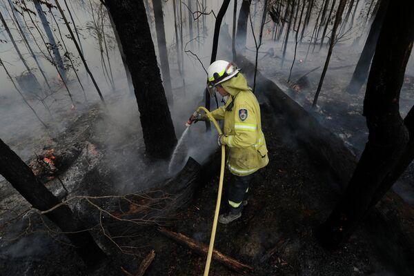 Тушение контролируемого пожара вблизи Томеронга, Австралия