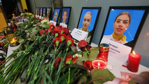 Цветы и свечи в международном аэропорту Борисполь в Киеве в память о членах экипажа пассажирского лайнера Международных авиалиний Украины Boeing 737-800, разбившегося в Тегеране