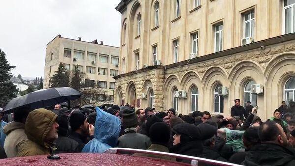 Абхазские оппозиционеры пытаются прорваться в здание администрации президента республики в Сухуме