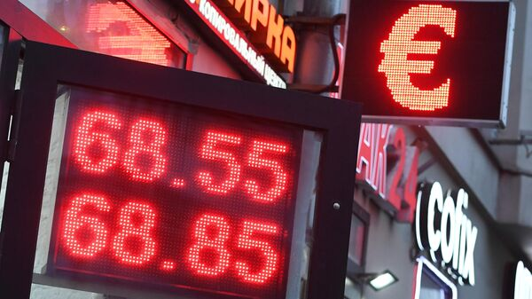 Табло курса обмена доллара, евро к рублю в Москве. 9 января 2019