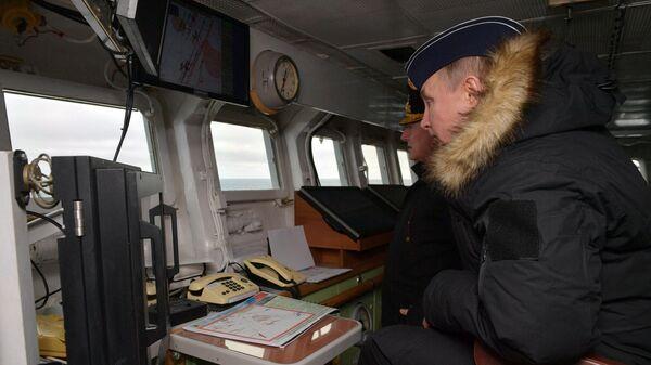 Верховный главнокомандующий ВС РФ, президент РФ Владимир Путин на борту ракетного крейсера Маршал Устинов во время совместных учений Северного и Черноморского флотов в Черном море