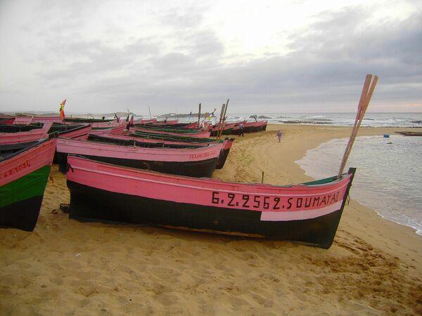 Лодки на пляже в Уалидии, Марокко