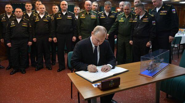 Верховный главнокомандующий ВС РФ, президент РФ Владимир Путин на борту ракетного крейсера Маршал Устинов после окончания совместных учений Северного и Черноморского флотов