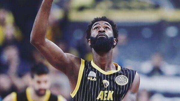 Баскетболист АЕКа Ховард Сант-Роос