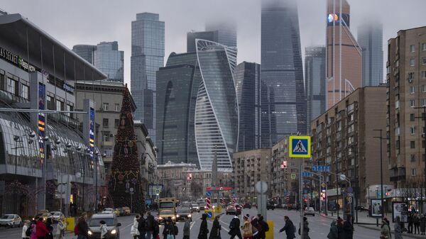 Пешеходы переходят Большую Дорогомиловскую улицу в Москве
