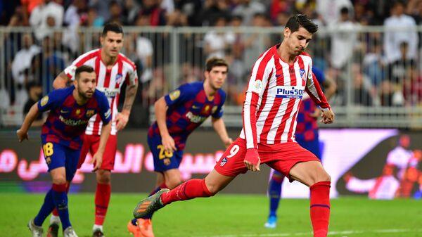 Нападающий ФК Атлетико Альваро Мората в полуфинале Суперкубка Испании против ФК Барселона